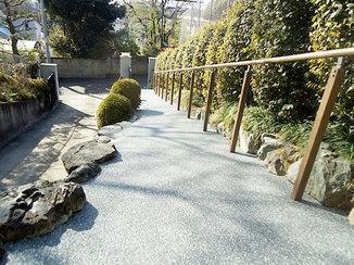 エクステリアリフォーム 石段をスロープに変え歩きやすいアプローチ