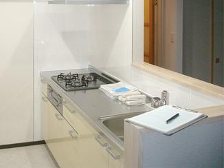 キッチンリフォーム 以前の雰囲気を残した広く明るい対面キッチン