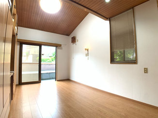 内装リフォーム 安全に上げ下げできるブラインドがついた、お掃除しやすく明るい洋室